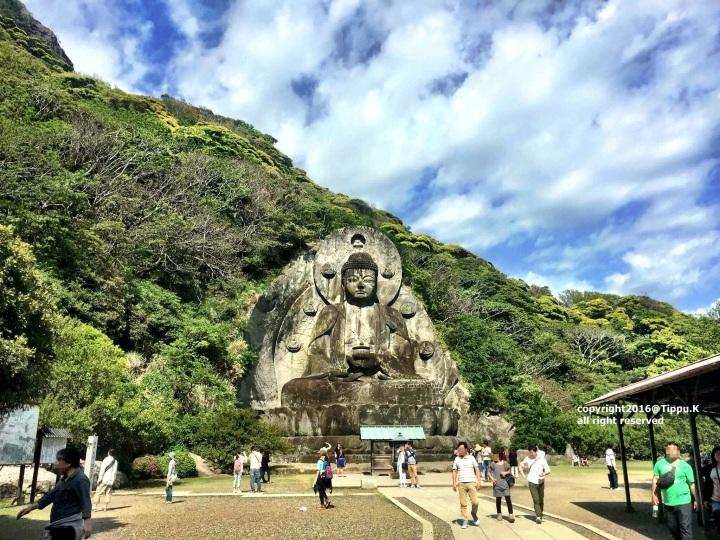 รูปปั้นพระพุทธรูปหินแกะสลัก (Yakushirurikonyorai -พระพุทธเจ้าหรือพระยูไล)ในปางประทับนั่งบนปัทมาสน์(บัลลังก์ดอกบัว) สูง 31.05 เมตร กว้าง 21.3 เมตรถูกสร้างขึ้นในปี 1783 ต่อมาได้รับการบูรณะซ่อมแซมในปี1960-1969จนกลายเป็นรูปปั้นพระพุทธรูปหินแกะสลักปางประทับนั่งบนปัทมาสน์ที่มีขนาดใหญ่ที่สุดในญี่ปุ่น